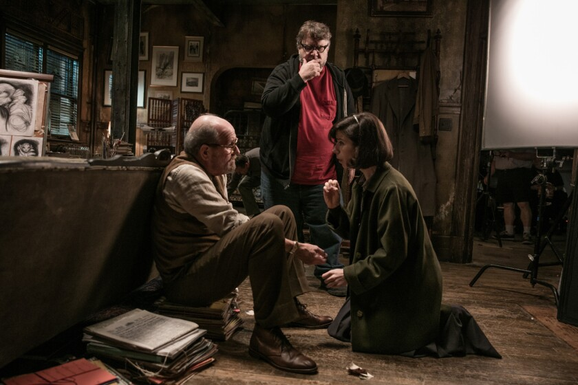 "Guillermo del Toro (de pie) dirige a Richard Jenkins y Sally Hawkins durante el rodaje de ""The Shape of Water""."