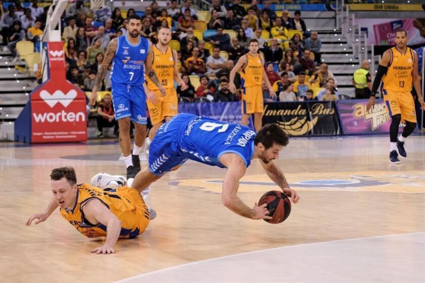 El base estadounidense del Herbalife Gran Canaria, Josh Magette (i), y el base uruguayo del San Pablo Burgos, Bruno Fitipaldo, se lanzan a recuperar un balón perdido, durante un partido. EFE