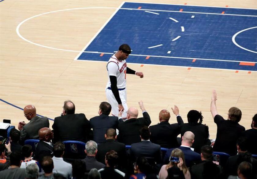 El delantero de Nueva York Knicks, Carmelo Anthony, regresa a su banca durante la segunda mitad del partido de baloncesto de la NBA entre los Cleveland Cavaliers y los New York Knicks en el Madison Square Garden en Nueva York, Estados Unidos, 04 de febrero de 2017. EFE