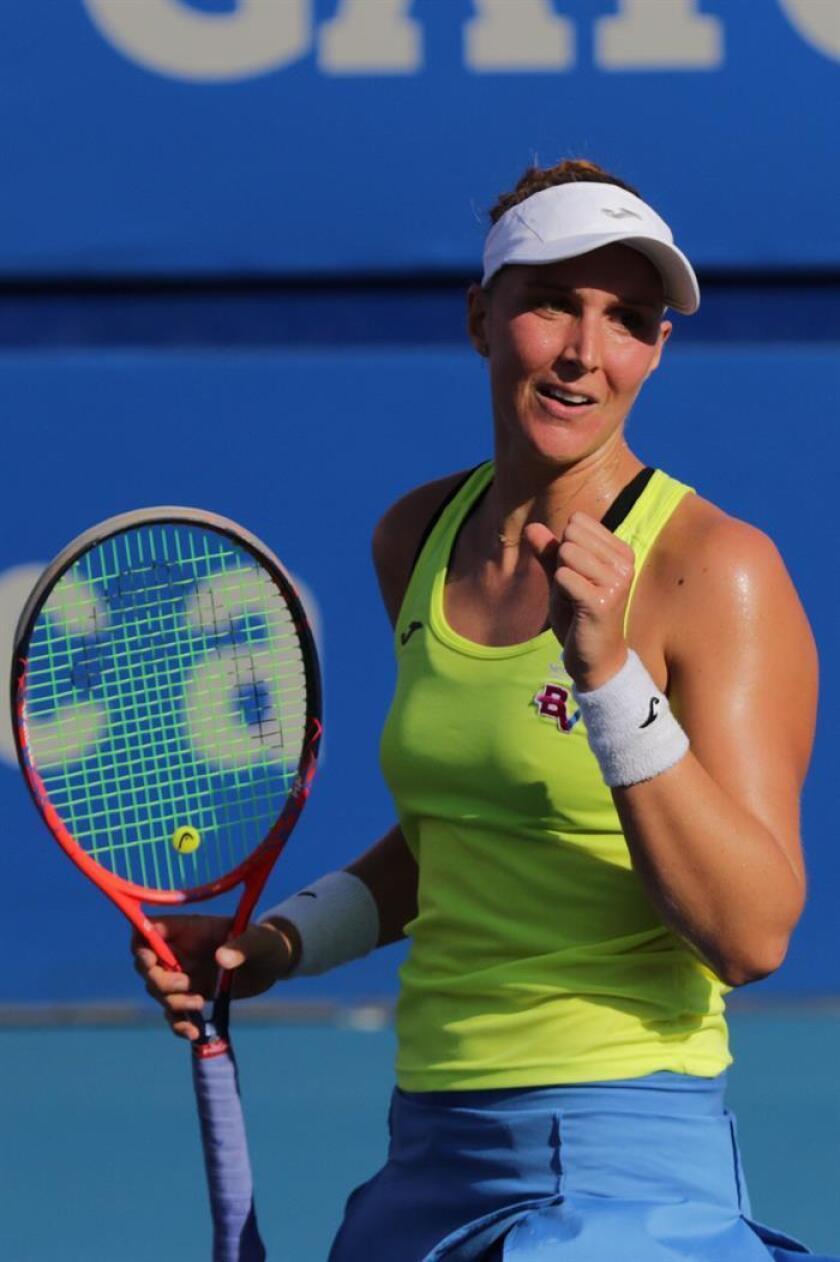 La tenista brasileña Beatriz Haddad celebra un punto ante la estadounidense Sloane Stephens durante un partido de octavos de final del Abierto de tenis de México disputado este miércoles en Acapulco (México). EFE