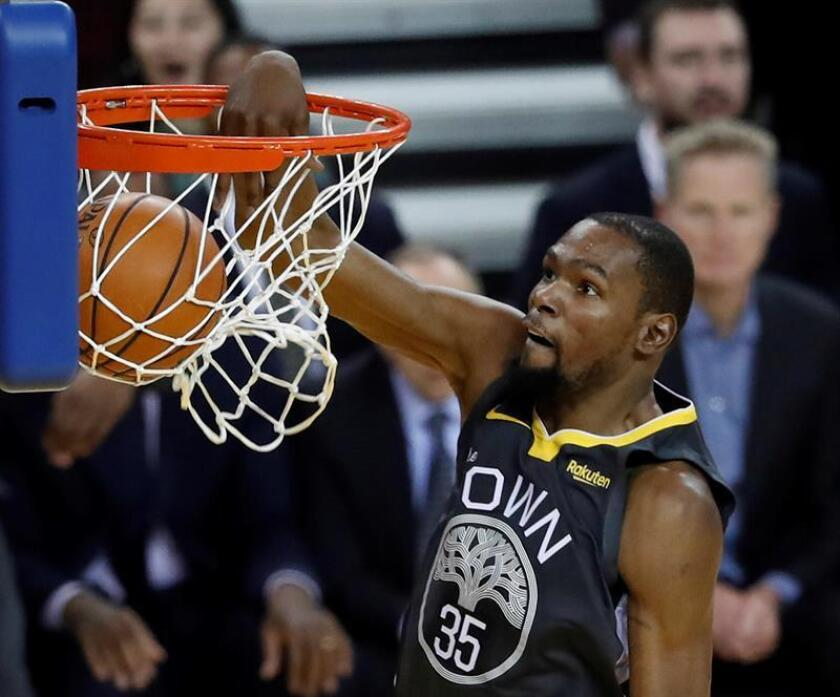 El alero de los Warriors de Golden State Kevin Durant encesta durante un partido de la NBA. EFE/Archivo