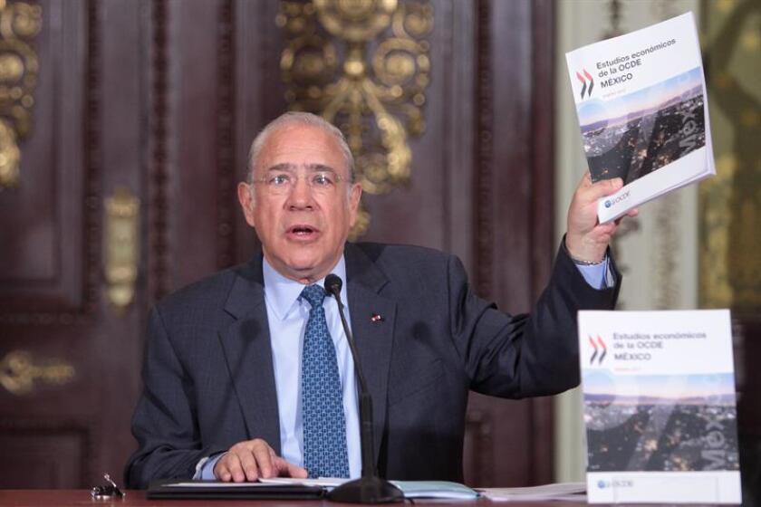 """El secretario general de la OCDE, Ángel Gurría, defendió hoy la subida de los precios de las gasolinas en México, al considerar que era una actualización """"inevitable e inaplazable"""" que, eso sí, tomó por sorpresa a los consumidores. EFE"""