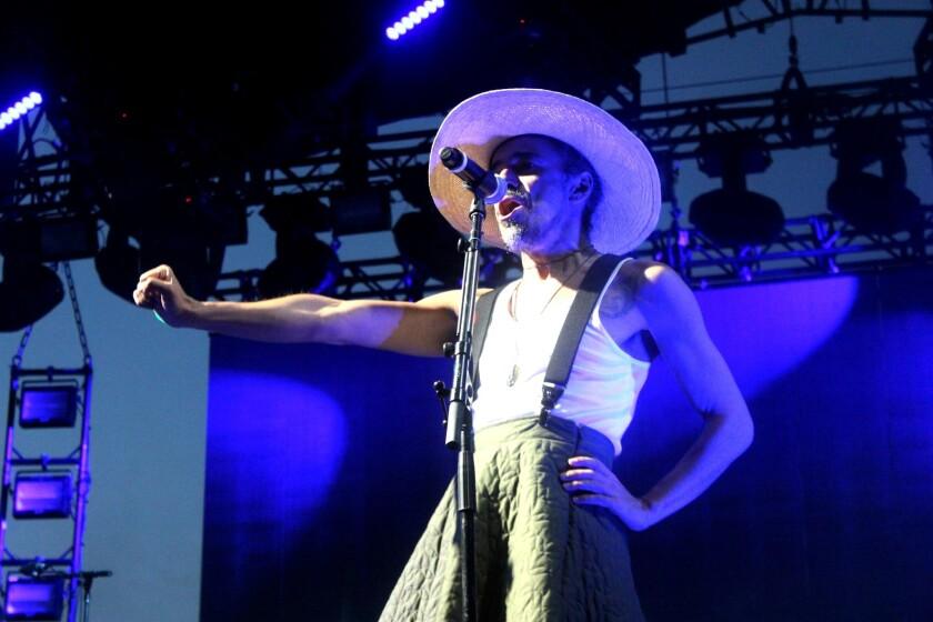 Rubén Albarrán, vocalista de Café Tacvba, se cambió varias veces de vestuario durante su presentación.