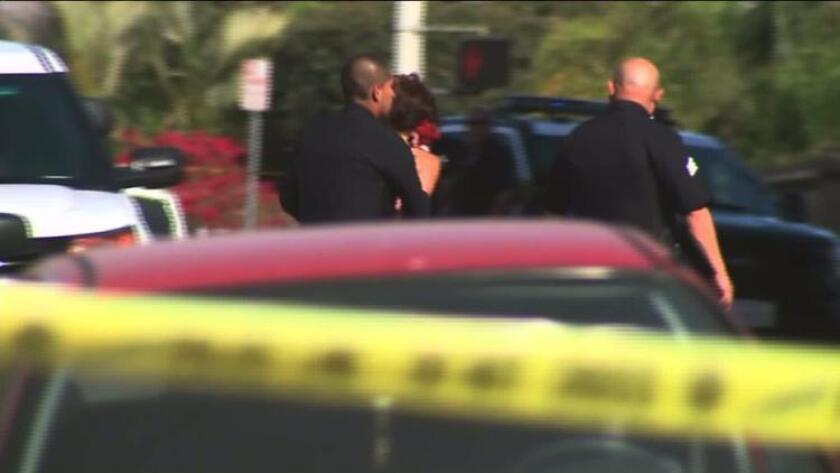 Un hombre fue declarado muerto en la escena del crimen, mientras que otro fue llevado a un hospital cercano, informó el Departamento de Policía de Los Ángeles.