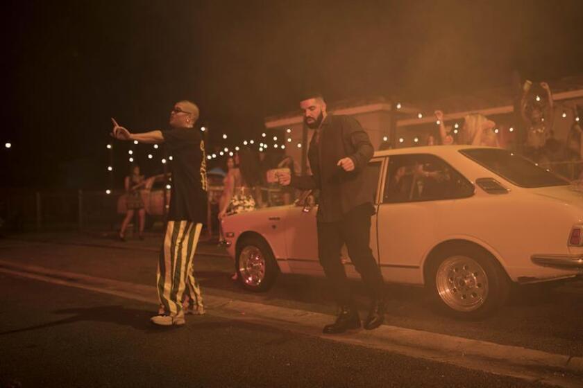 """Fotografía sin fecha cedida donde aparecen los cantantes, el puertorriqueño Bad Bunny (i) y el canadiense Drake (d), durante el rodaje del vídeo de la canción """"MIA"""" en Miami, Florida (Estados Unidos). EFE/Rimas Entertainment y OVO Sound/SOLO USO EDITORIAL/NO VENTAS"""