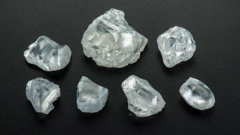 Diamantes en bruto de la mina Letsend, en Lesotho. Los científicos están estudiando ejemplares extraños como estos para saber más acerca del manto de la Tierra (Robert Weldon y Gem Diamonds Ltd, cortesía de GIA).