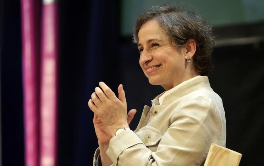 La periodista mexicana Carmen Aristegui habla con el director general de la Fundación Nuevo Periodismo iberoamericano, Jaime Abello (fuera de cuadro), el viernes 27 de enero de 2017, durante la segunda jornada del XII Hay Festival, en Cartagena (Colombia). EFE/Archivo
