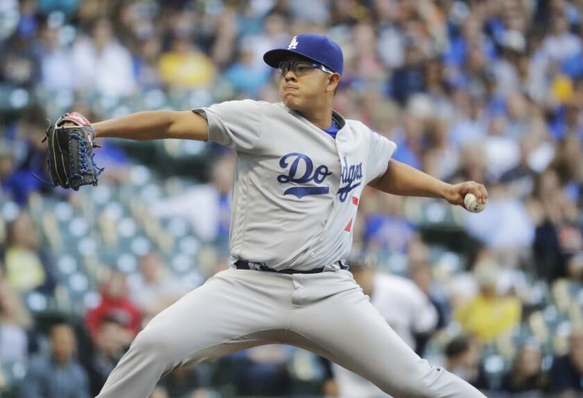 El mexicano Julio Urías, de los Dodgers de Los Ángeles, efectúa un lanzamiento en la primera entrada del juego ante los Cerveceros de Milwaukee, el martes 28 de junio de 2016 (AP Foto/Morry Gash)