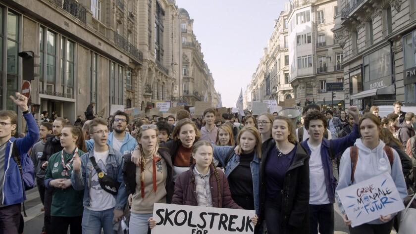 """En esta imagen proporcionada por Hulu la activista Greta Thunberg, centro, en una escena del documental """"I Am Greta""""."""