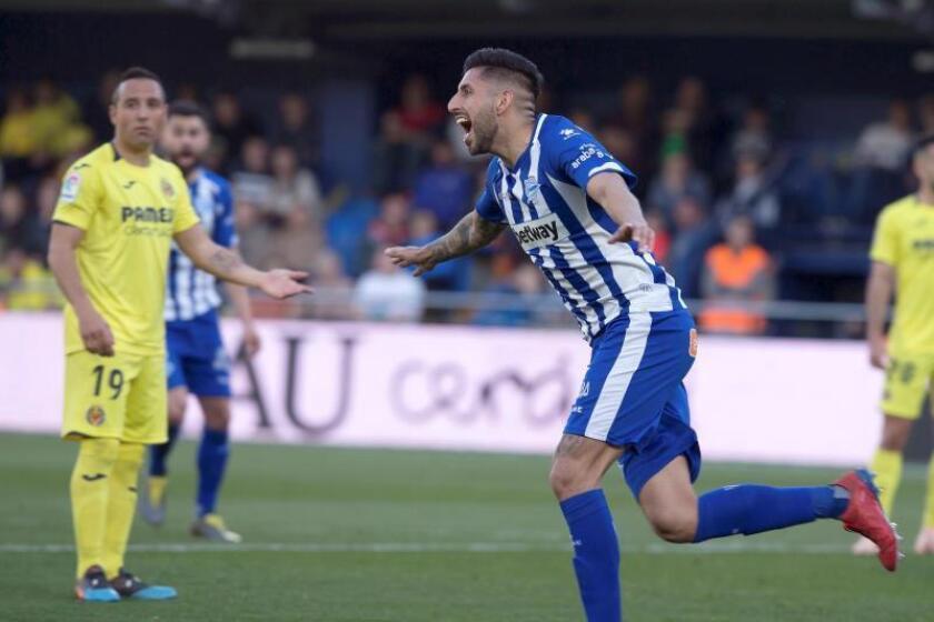 El defensa chileno del Deportivo Alavés, Guillermo Maripán, celebra su gol anotado ante el Villarreal CF durante el partido correspondiente a la jornada 26 de la Liga Santander disputado en el estadio de la Cerámica, en Villarreal. EFE