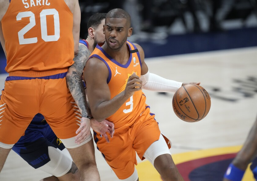 el base de los Suns de Phoenix Chris Paul en el juego 3 de las semifinales de la Conferencia Oeste ante los Nuggets de Denver. (AP Foto/David Zalubowski)