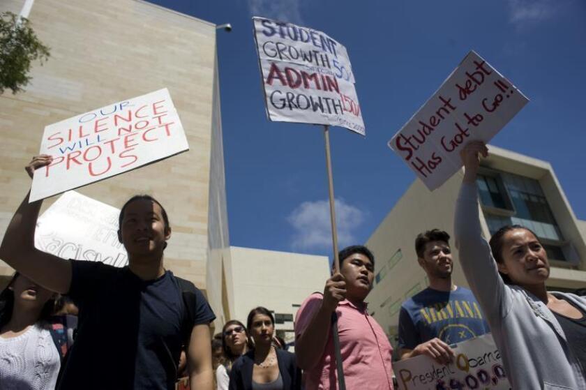 Varios estudiantes protestan en contra del racismo durante una manifestación. EFE/Archivo