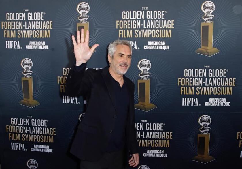 """El cineasta mexicano Alfonso Cuaron fue registrado este sábado a su llegada al Simposio de Cine Extranjero de los premios Globos de Oro 2019, en Hollywood (California, EE.UU.). Cuarón ganó el Globo de Oro a la mejor película extranjera y a la mejor dirección por su filme """"Roma"""". EFE"""