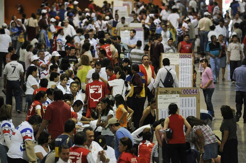 Votantes salvadoreños asisten a emitor su voto en el Centro de Ferias y Convenciones en San Salvador.