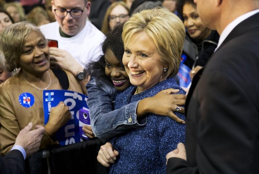 Hillary Clinton, aspirante a la nominación presidencial del Partido Demócrata, es abrazada por una partidaria durante un acto de campaña en el Colegio Miles, el sábado 27 de febrero de 2016, en Fairfield, Alabama. (Foto AP/David Goldman)