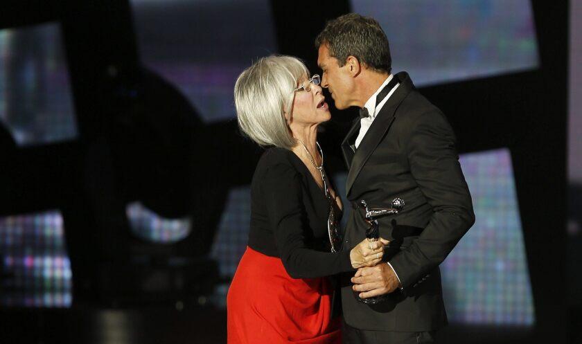 El actor Antonio Banderas recibe de manos de la actriz y cantante puertorriqueña, Rita Moreno, el premio Platino de Honor por toda su carrera, durante la ceremonia de entrega de la segunda edición de los Premios Platino del Cine Iberoamericano.