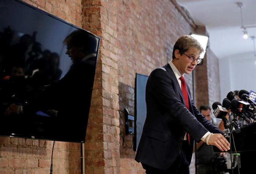 El editor principal de Breitbart News, Milo Yiannopoulos, habla con los medios de comunicación durante una conferencia de prensa hoy, martes 21 de febrero de 2017, en la ciudad de Nueva York (Estados Unidos). EFE