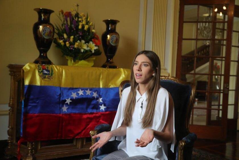 """Fabiana Rosales, esposa de Juan Guaidó, quien se proclamó en enero mandatario interino de Venezuela, denunció este martes un ataque contra el líder opositor en Caracas, en el que apuntaron con armas y lanzaron gases lacrimógenos contra su vehículo, acción que consideró """"muy lamentable"""". EFE/Archivo"""