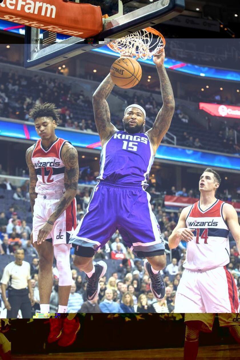 El pívot DeMarcus Cousins (c) logró doble-doble de 24 puntos y 14 rebotes como director del ataque de los visitantes Kings de Sacramento, que derrotaron 89-120 a los Mavericks de Dallas. EFE/Archivo