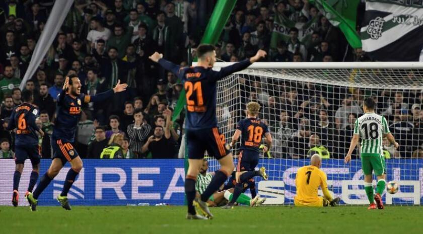 Los jugadores del Valencia celebran el segundo gol del equipo valencianista durante el encuentro correspondiente a la ida de las semifinales de la Copa del Rey que han disputado frente al Betis en el estadio Benito Villamarín, en Sevilla. EFE