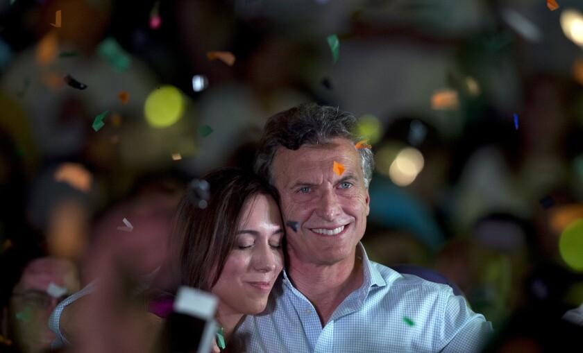 El candidato presidencial de la oposición Mauricio Macri abraza a la gobernadora electa de Buenos Aires María Eugenia Vidal durante una reunión en Buenos Aires, Argentina.