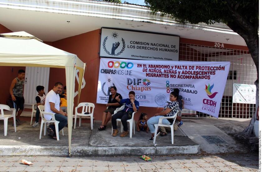 Hace una semana, activistas protestaron afuera de la CNDH en Tapachula para pedirle que presione a autoridades a adoptar medidas de protección a migrantes.
