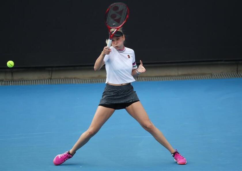 Donna Vekic de Croacia en acción ante Kimberly Birrell de Australia hoy, durante un partido de tenis del Abierto de Australia 2019, en Melbourne (Australia). EFE