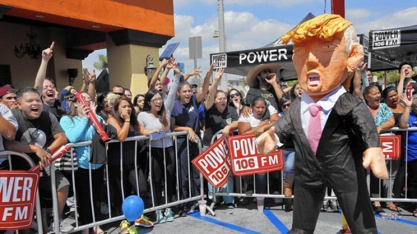 """La gente le grita a una piñata de Donald Trump durante el evento """"Desquítese de Trump"""" en Montebello, en septiembre pasado."""
