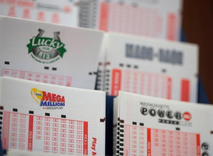 Detalle de varios billetes para la lotería Mega Millions y otras loterías en Mathuen, Massachusetts (EE.UU.). EFE/Archivo