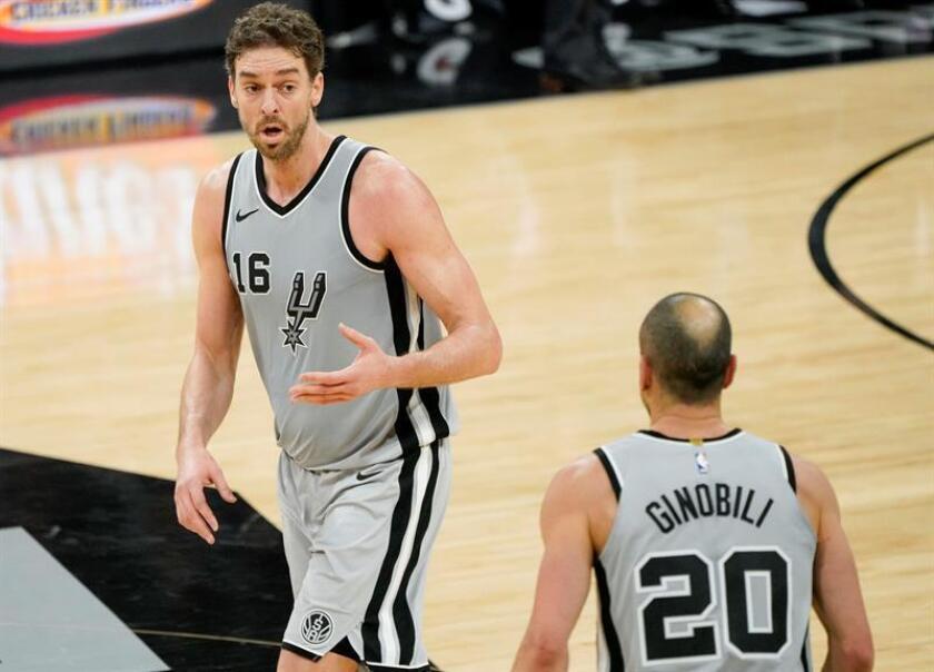 Pau Gasol (i) y Manu Ginóbili de los San Antonio Spurs en acción ante Phoenix Suns durante un partido de baloncesto de la NBA. EFE/Archivo