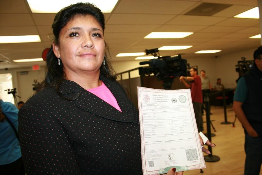 Leticia Sánchez muestra su acta de nacimiento en las instalaciones del consulado de México en la ciudad de Santa Ana.
