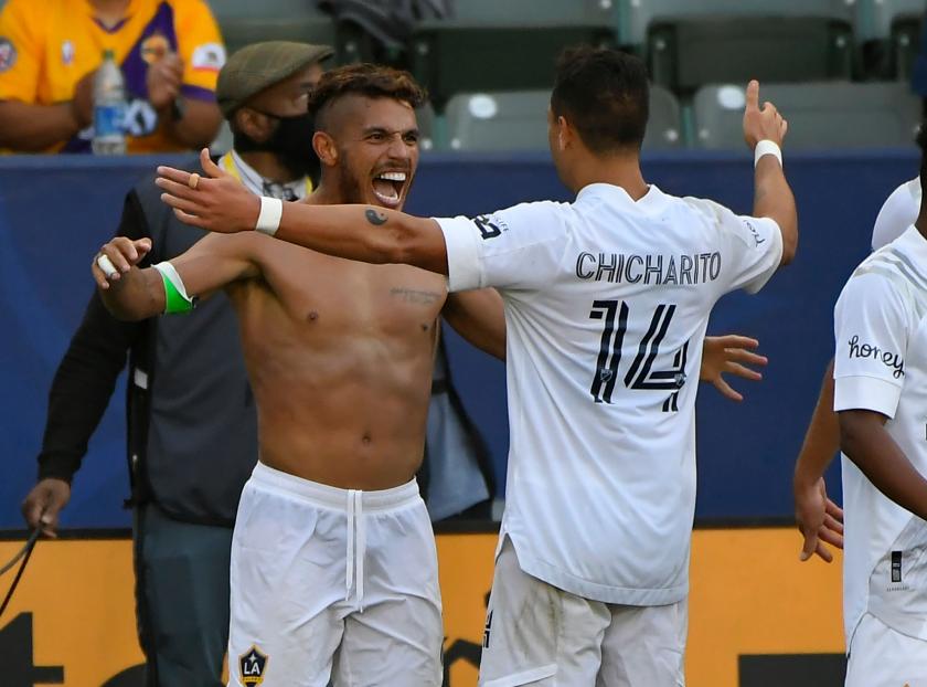 Jonathan dos Santos es felicitado por Javier Hernández tras el segundo tanto del Galaxy.