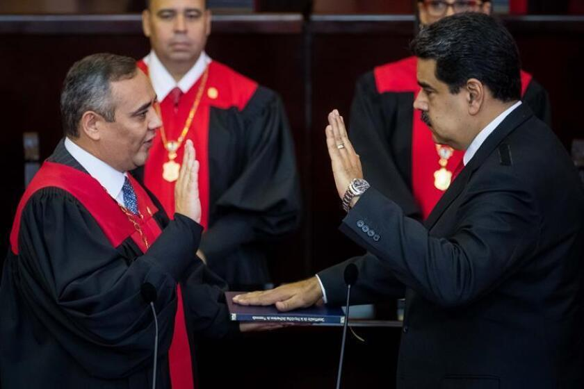 """CR01. CARACAS (VENEZUELA), 10/01/2019.- El presidente de Venezuela, Nicolás Maduro (d), jura como presidente para un segundo período de gobierno que lo mantendrá en el poder hasta el año 2025, ante el presidente del Tribunal Supremo de Justicia (TSJ), Maikel Moreno (i), durante una ceremonia hoy, jueves 10 de enero de 2019, en Caracas (Venezuela). El mandatario tomó juramento ante el Tribunal Supremo de Justicia (TSJ), en Caracas, acompañado por otros seis jefes de Estado que fueron los únicos en asistir a este acto señalado por opositores y buena parte de la comunidad internacional como el inicio de la """"usurpación"""" de la Presidencia de Venezuela. Tras seis años en el poder a Maduro lo cuestiona no solo la población, que durante su mandato ha visto cómo el país se ha sumido en la peor"""