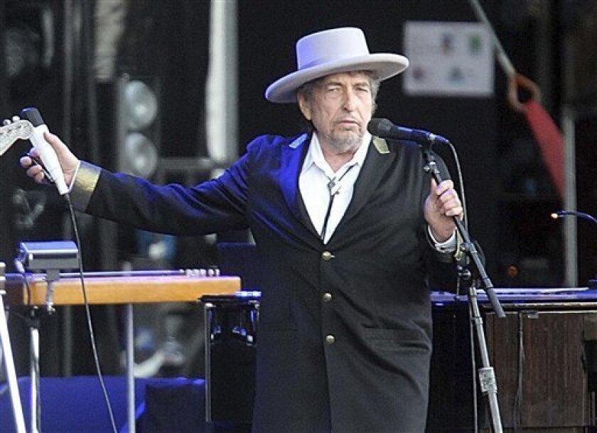 """En esta imagen, tomada el 22 de julio de 2012, el cantante y compositor estadounidense Bob Dylan durante su actuación en el festival """"Les Vieilles Charrues"""" de Carhaix, en el oeste de Francia. Dylan fue reconocido con el Premio Nobel de Literatura 2016 el 13 de octubre de 2016."""
