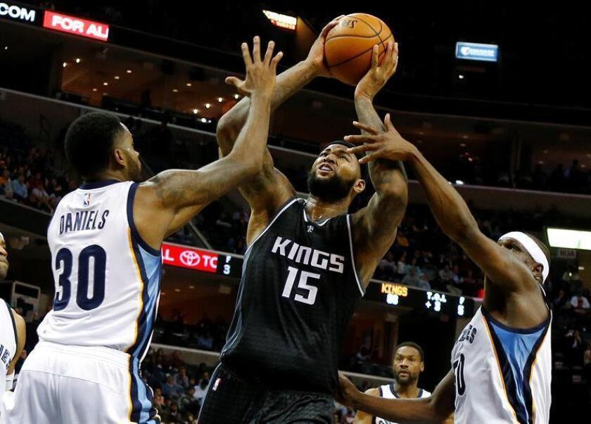 Los jugadores de Grizzlies Troy Daniels (i) y Zach Randolph (d) marcan a DeMarcus Cousins (c), de Kings, hoy, viernes 16 de diciembre de 2016, durante un partido por la NBA en el FedExForum de Memphis, Tennessee (EE.UU.). EFE