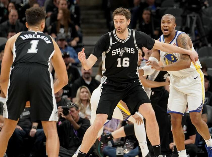 Spanish player Pau Gasol (C) of the San Antonio Spurs in action against David West (R) of the Golden State Warriors during NBA Playoffs basketball game at the AT&T Center in San Antonio, Texas, USA, 22 April 2018. EFE