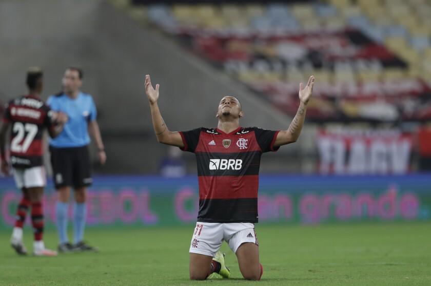 Natan, del Flamengo de Brasil, celebra la victoria sobre Independiente del Valle de Ecuador, en un duelo de la Copa Libertadores realizado en el Maracaná, el miércoles 30 de septiembre de 2020 (AP Foto/Silvia Izquierdo, Pool)