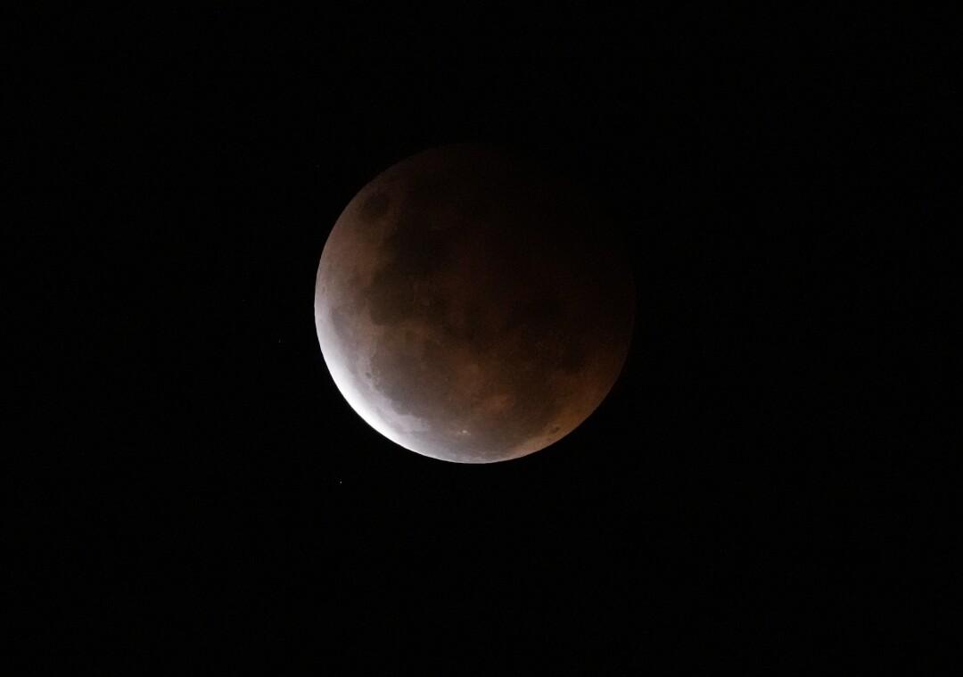 L'ombra della Terra cade sulla luna piena