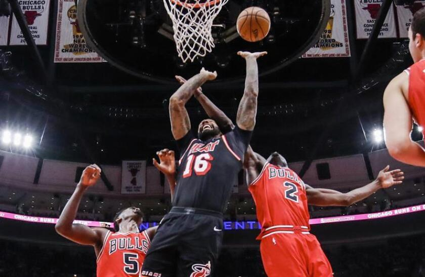 Miami Heat forward James Johnson (C) shoots between Chicago Bulls forward Bobby Portis (L) and Chicago Bulls guard Jerian Grant (R) in the second half of their NBA game at the United Center in Chicago (Illinois, USA) EFE