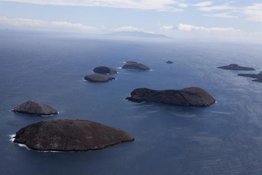 Fotografía aérea en la que se observa la isla Bainbridge, en el centro de Galapagos (Ecuador). EFE/Archivo