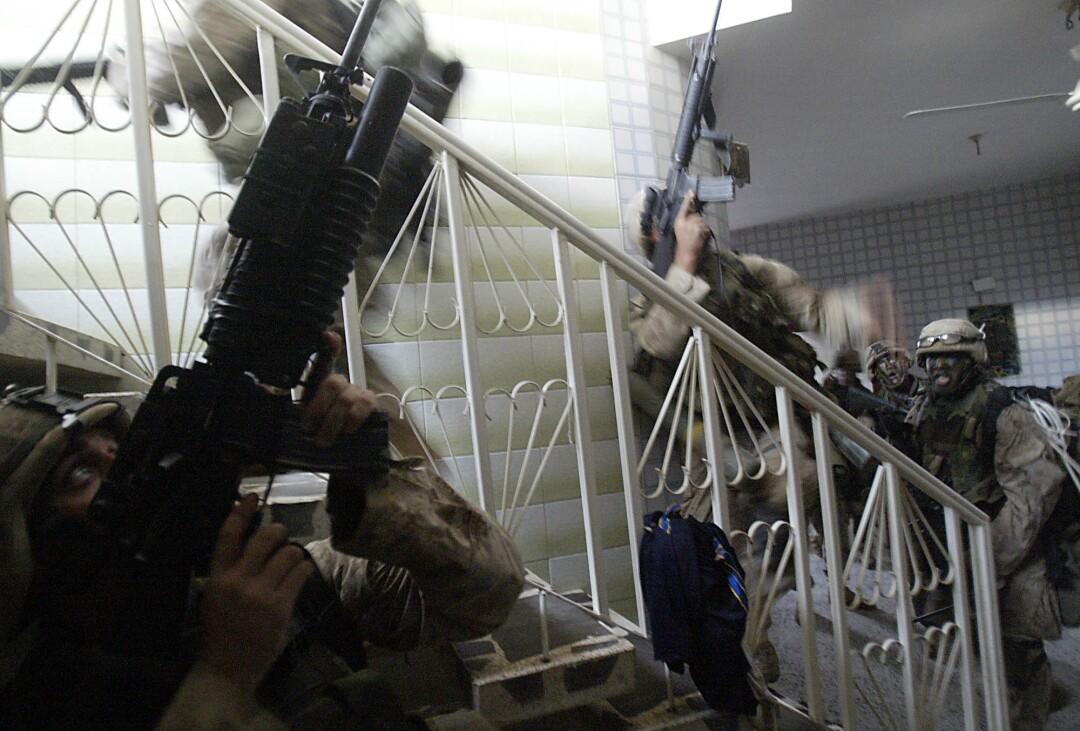 تفنگداران تفنگ خود را به سمت خانه ای نشانه می روند