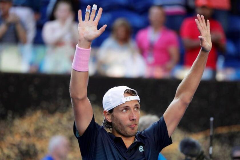 El tenista francés Lucas Pouille celebra su victoria ante el canadiense Milos Raonic este miércoles en los cuartos de final del Abierto de Australia en Melbourne (Australia). EFE