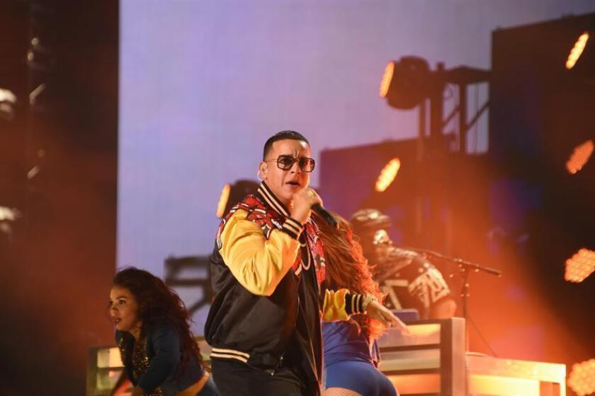 """El reguetonero puertorriqueño Daddy Yankee y la cantante urbana dominicana Natti Natasha estrenaron hoy el vídeo musical de su sencillo, """"Otra cosa"""", que se incluirá en el disco """"La súper fórmula"""", una compilación de Pina Records. EFE/ARCHIVO"""