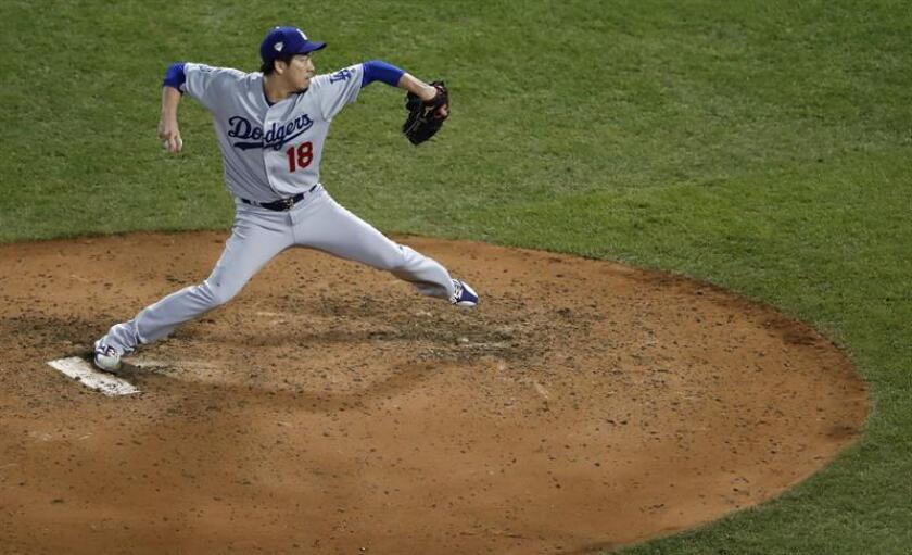 El lanzador de Los Angeles Dodgers Kenta Maeda lanza contra los Medias Rojas de Boston el miércoles 24 de octubre de 2018, en el juego dos de la Serie Mundial entre los Medias Rojas y los Dodgers, en Fenway Park, Boston (EE.UU.). EFE