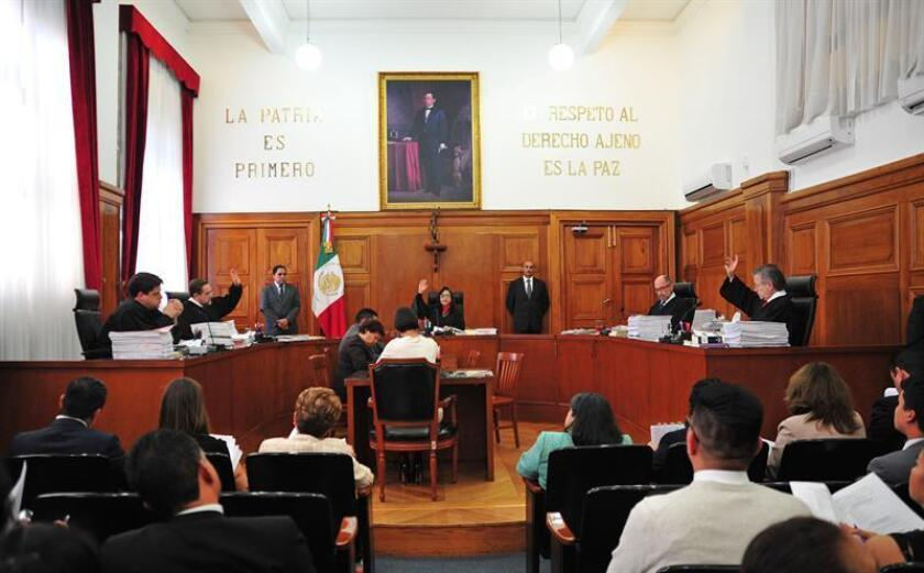La Suprema Corte de México acreditó hoy el derecho de réplica en noticias falsas o inexactas al revisar las acciones de inconstitucionalidad promovidas por dos partidos políticos y la Comisión Nacional de Derechos Humanos (CNDH). Vista general durante una sesión en la SCJN en la Ciudad de México. EFE/ARCHIVO