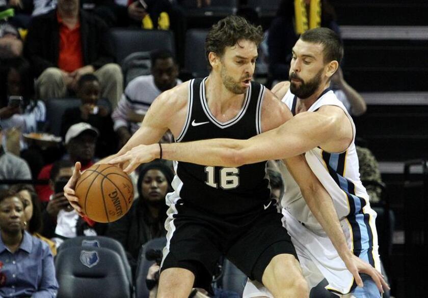 El centro español de los Memphis Grizzlies Marc Gasol (d) en acción ante su hermano, el delantero de los San Antonio Spurs Pau Gasol (i), durante un juego de la NBA este miércoles 24 de enero de 2018, en el FedExForum de Memphis, Tennessee (EE.UU.). EFE