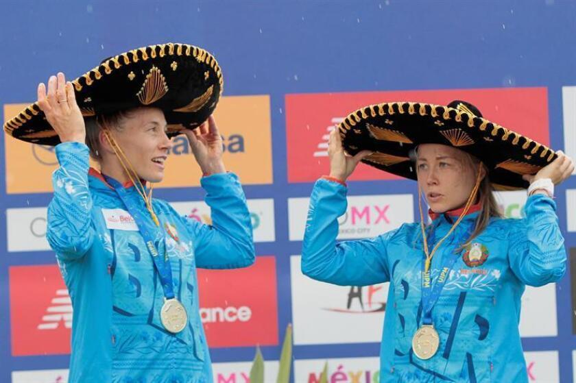 Las Bielorrusas Irina Prasiantsova (i) y Anastasiya Prokopenko (d) celebran el primer lugar de la prueba de relevo femenino hoy, viernes 7 de septiembre de 2018, en el marco del Campeonato Mundial de Pentatlón Moderno, en Ciudad de México (México). EFE
