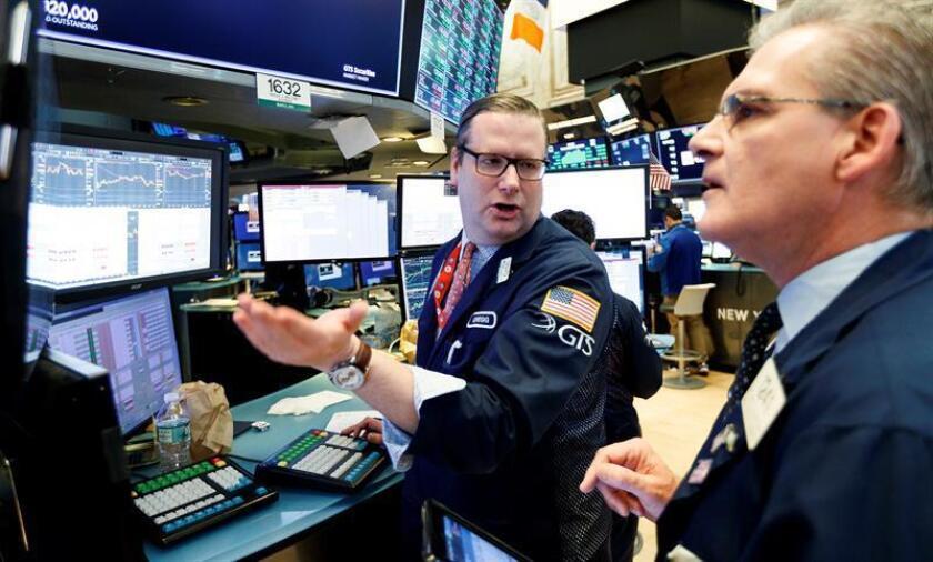 Corredores trabajan en la Bolsa de Nueva York en Nueva York (EE.UU.). EFE/Archivo