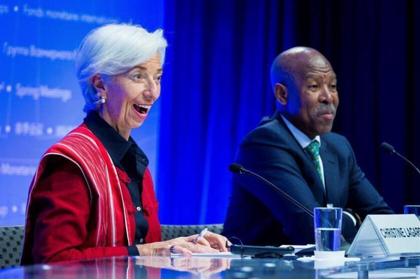 La directora gerente del Fondo Monetario Internacional, Christine Lagarde (L), reacciona con Lesetja Kganyago, Presidente del CMFI y Gobernador del Banco de la Reserva Sudafricano, durante una conferencia de prensa de la Conferencia de prensa del CMFI durante las Reuniones de Primavera del Banco Mundial en la sede del FMI en Washington, DC, EE. UU., 21 de abril de 2018. (Sudáfrica, Estados Unidos) EFE