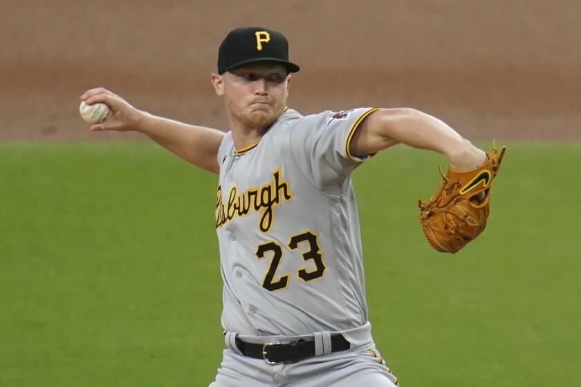 El pitcher abridor de los Piratas de Pittsburgh Mitch Keller lanza contra un bateador de los Padres de San Diego